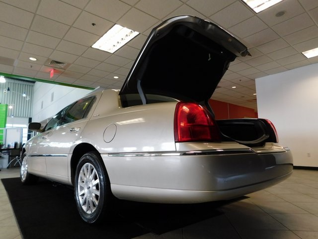 Pre-Owned 2007 Lincoln Town Car Signature